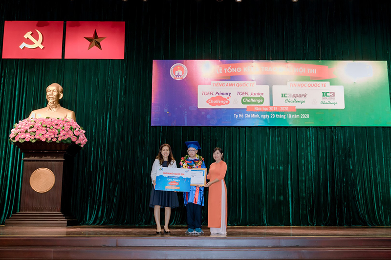 Ha Phan Anh received the first prize from the Contest Organizing Committee