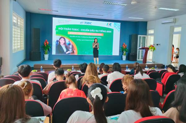 Các em sinh viên chăm chú lắng nghe chuyên gia từ IIG Việt Nam chia sẻ thông tin