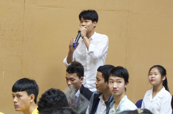 Các em sinh viên hào hứng tham gia phần hỏi đáp