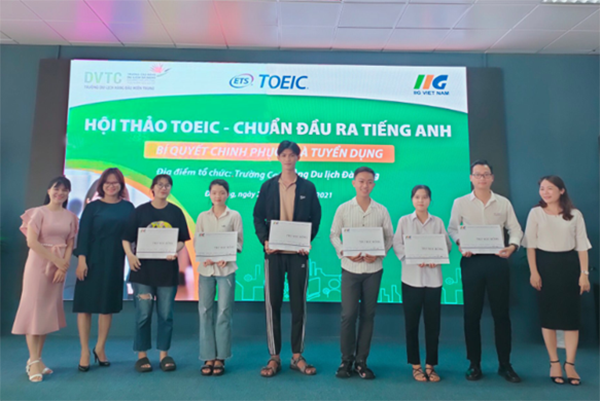 Bà Phạm Thị Khánh Phượng – Giám đốc IIG Việt Nam chi nhánh Đà Nẵng trao học bổng khích lệ các em sinh viên