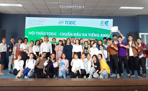 Đại diện IIG Việt Nam, Ban Giám hiệu Nhà trường, các thầy cô bộ môn cùng các em sinh viên chụp ảnh lưu niệm tại hội thảo