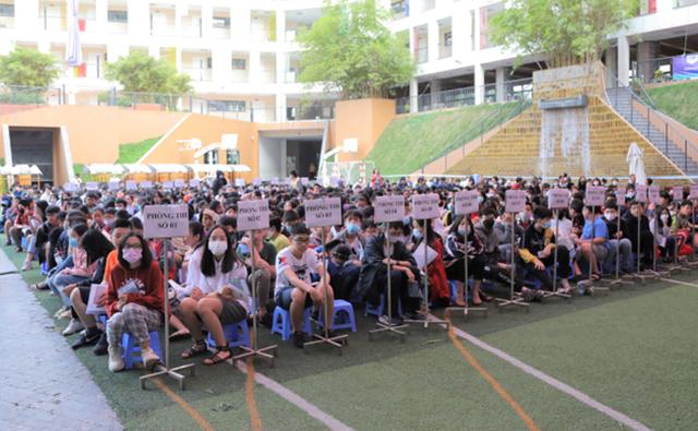 Đông đảo học sinh tham gia cuộc thi TOEFL Challenge