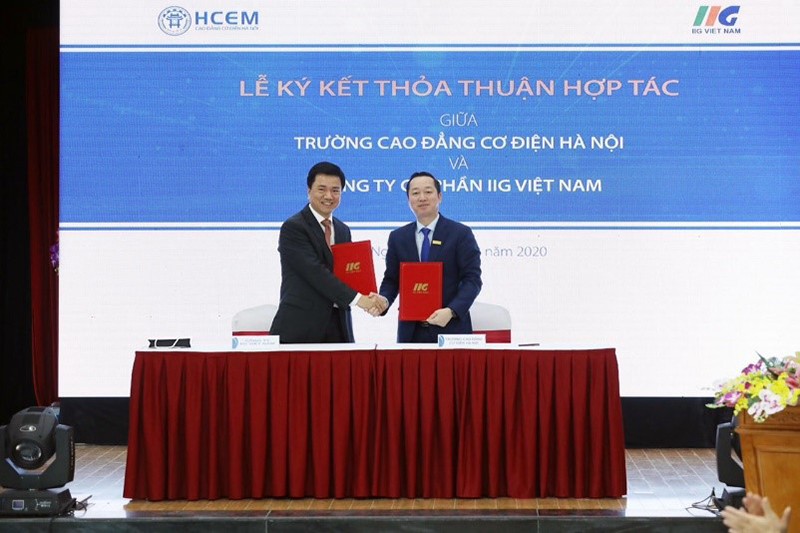 Dr. Dong Van Ngoc - Principal of Hanoi College for Electro-Mechanics and Mr. Doan Hong Nam - President of IIG Vietnam signed a cooperation agreement
