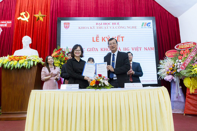 Dr. Truong Quy Tung - Vice President of Hue University, Dean of Faculty of Engineering and Technology and Ms. Pham Thi Khanh Phuong - Managing Director of IIG Vietnam Da Nang signed a memorandum of cooperation