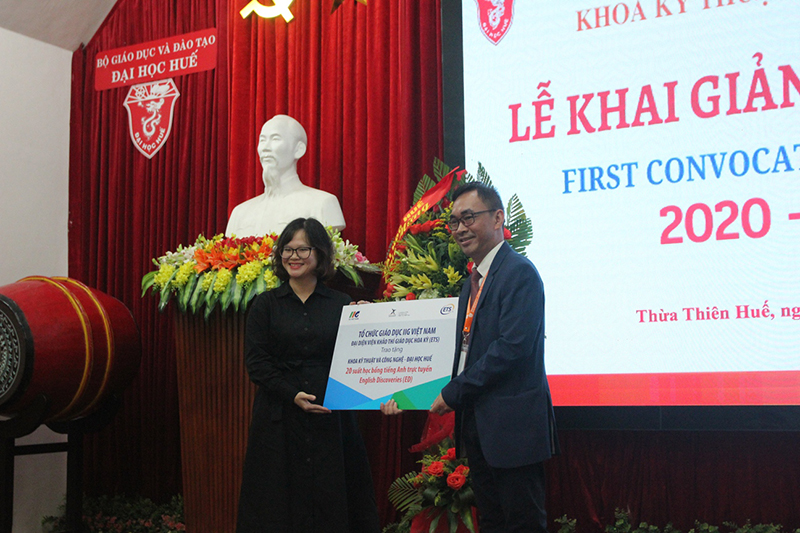 Ms. Pham Thi Khanh Phuong on behalf of IIG Vietnam awarded scholarships to students of the faculty