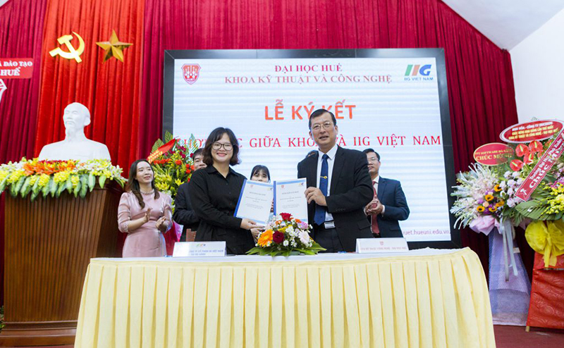 IIG Vietnam and Hue University School of Engineering and Technology cooperate in implementing the assessment of English and IT according to international standards