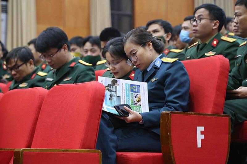 Học viên chăm chú tìm hiểu thông tin về bài thi TOEIC