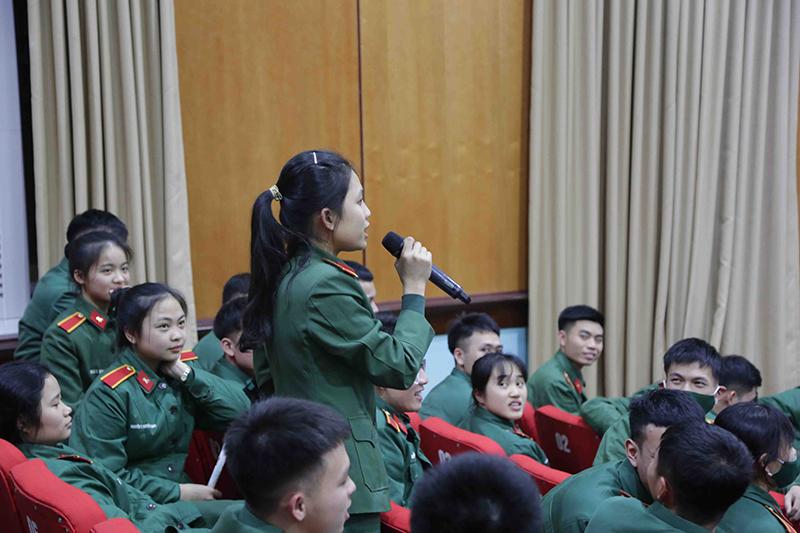 Các em học viên hào hứng khám phá thông tin về bài thi TOEIC