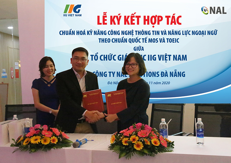Mr. Nguyen Quoc Nguyen - Project Manager, NAL Solutions and Ms. Pham Thi Khanh Phuong - CEO of IIG Da Nang signed a cooperation agreement