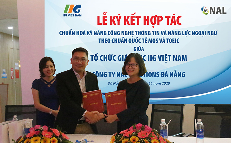 """IIG Vietnam """"shakes hands"""" with NAL Solutions Da Nang to standardize English and IT skills for staff following the international TOEIC and MOS standards"""