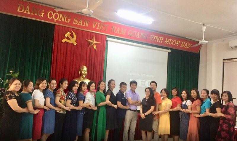 Các thầy cô chụp ảnh lưu niệm sau khi hoàn thành khóa tập huấn phương pháp giảng dạy chương trình ED