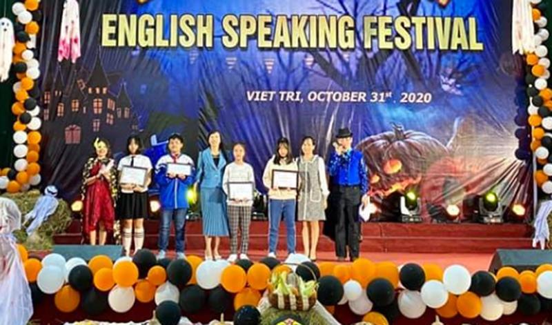 Đại diện IIG Việt Nam trao giải thưởng cho các em học sinh đạt giải trong cuộc thi